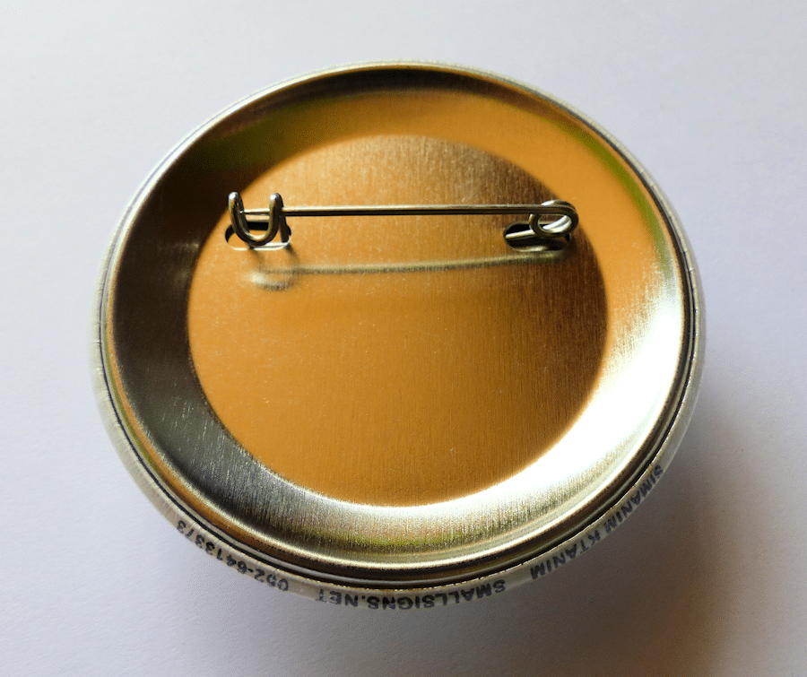 צד אחורי של הכפתור: סיכה לבגד